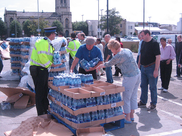 Distributing drinking water. (Gloucestershire Police Archives URN 2604)