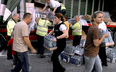 Distributing water 2. (Gloucestershire Police Archives URN 2606)